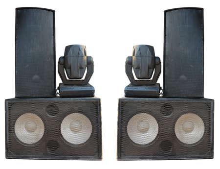 equipo de sonido: Altavoces de audio concierto de la etapa y proyectores proyector de gran alcance aislado en fondo blanco