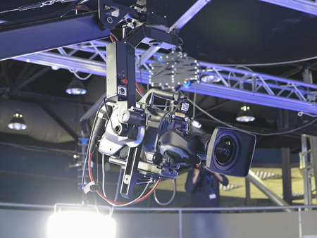TV Estudio profesional de la cámara de vídeo digital en un estudio de televisión de noticias