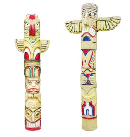 totem indien: Totem coloré indien en bois isolé sur fond blanc Banque d'images