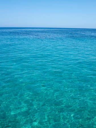 cielo y mar: Mar azul claro y cielo azul cerca de la costa de Creta, Grecia