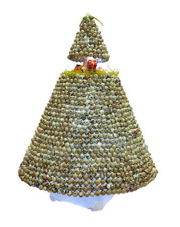 kuropatwa: Streszczenie twórczy choinki wykonane z jaj Partridge izolowanych na białym tle.