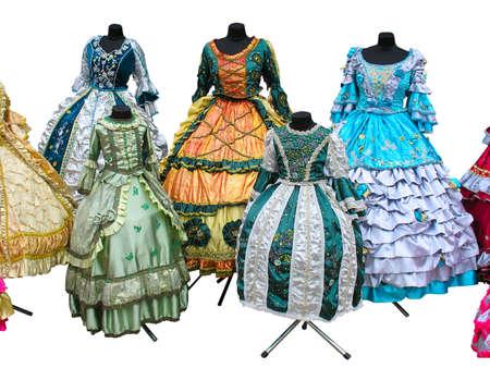 Colorfull gestileerde vrouw middeleeuws kostuum kleren mannequins geïsoleerd
