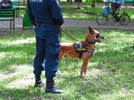 perro policia: 05142016, Moldavia, un oficial de policía con su perro en un parque
