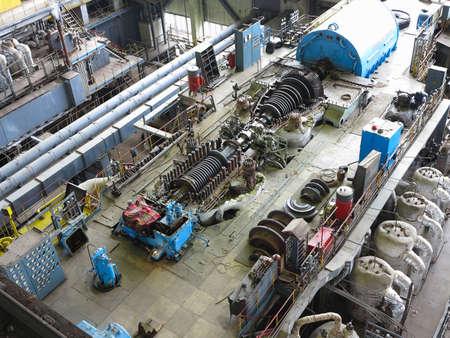 turbina de vapor: turbina de vapor en el proceso de reparación, maquinaria, tuberías, tubos, en una planta de energía