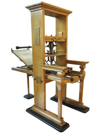 Manuelle Maschine des alten Buchdrucks der Weinlese, wiederhergestellt, um auf Arbeitszustand lokalisiert über weißem Hintergrund wiederherzustellen