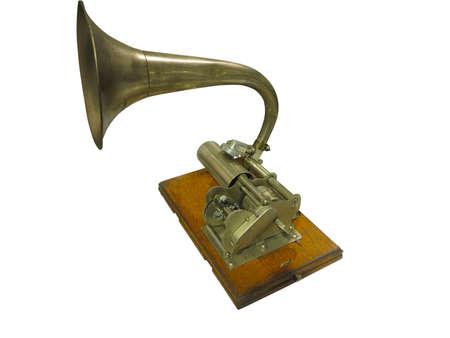 Grabador de sonido de fonógrafo Edison y reproductor de gramófono aislado sobre fondo blanco.