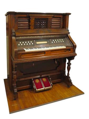 Vintage vieux piano automatique allemand droit isolé sur fond blanc