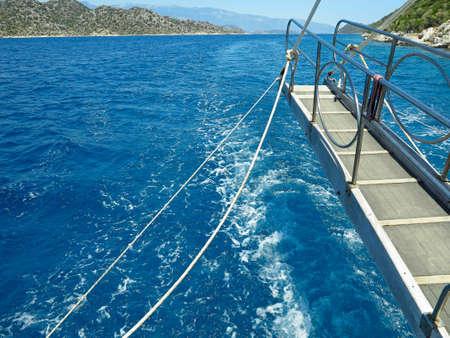 Blaues Meer und grüne Insel, Blick vom Deck einer Yacht