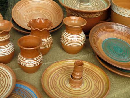 Beaux pots en argile faits à la main et autres plats vendus à la foire
