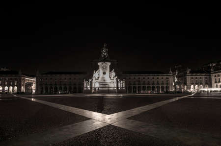 Commerce square (Praca do Comercio) and statue of King Jose I in Lisbon, Portugal, by night 免版税图像