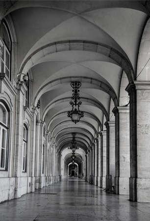 The arcades in Commerce square (Praca do Comercio), in Lisbon, Portugal 免版税图像