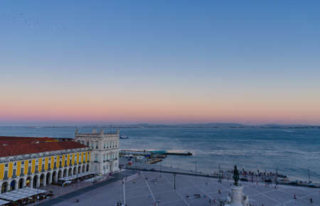 Commerce square (Praca do Comercio) and statue of King Jose I from Rua Augusta Arch fabulous viewpoint, at dawn, in Lisbon, Portugal 免版税图像