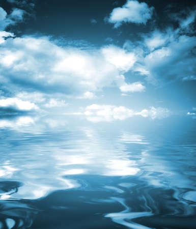 reflexion: Reflexi�n del cielo en el mar.
