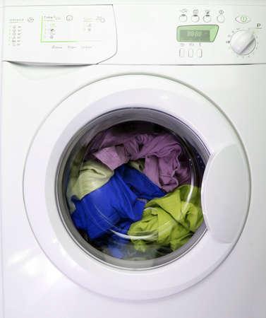 clothes washer: Coloridos camisa y pantalones en una lavander�a blanca.