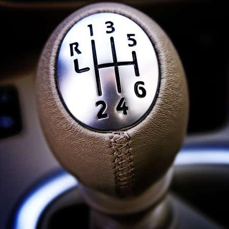 palanca: Primer plano de una palanca de cambios del coche.