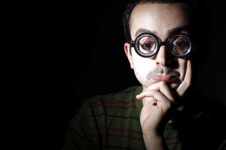 hyperopia: Ritratto di un giovane uomo, isolato su sfondo nero Archivio Fotografico