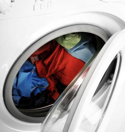 세탁기: 화려한 셔츠와 흰색 세탁 바지.