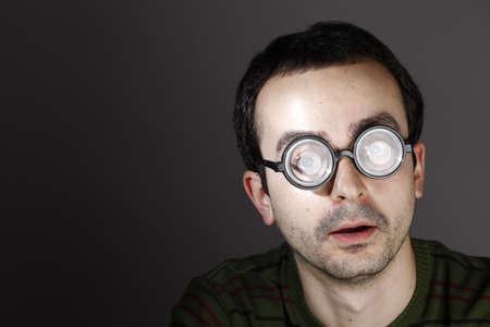 hyperopia: Ritratto di un giovane uomo, isolato su sfondo