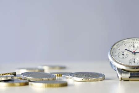 tempo: Tempo e Dinheiro - feche acima da foto de um rel Imagens