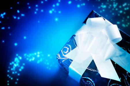 mo�o blanco: Caja de regalo de Navidad con un lazo blanco