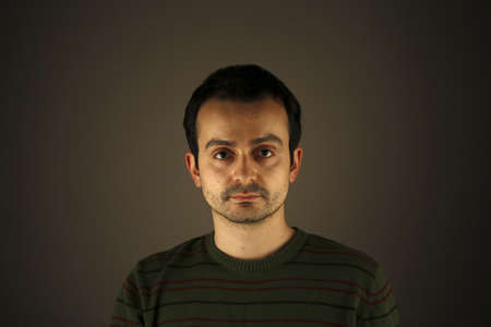hombre pobre: Retrato de un hombre joven, aislado en el fondo Foto de archivo