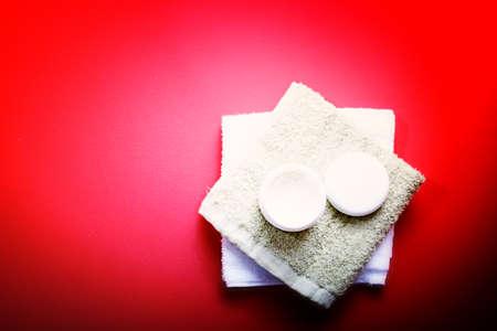 cremas faciales: Crema hidratante aislado en rojo