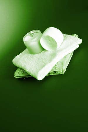 cremas faciales: Crema hidratante sobre fondo rojo