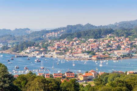 Aldan Dorf, Hafen und Bucht, Luftbild in Cangas de Morrazo Stadt Standard-Bild - 83685464