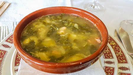 Soupe galicienne dans un bol en argile Banque d'images