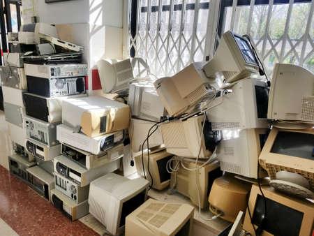 Ansammlung von alten Computern, die in Elektroschrott umgewandelt wurden Standard-Bild