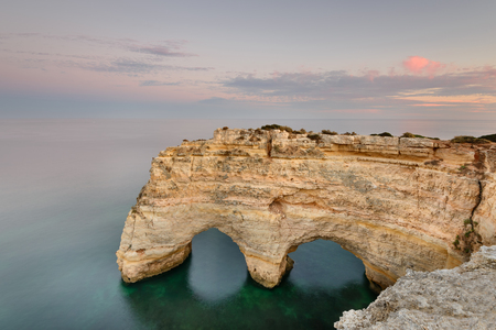 Amazing sunset at Marinha Beach in the Algarve, Portugal. Landscape with strong colors of one of the main holiday destinations in europe. Summer tourist attraction. Banque d'images