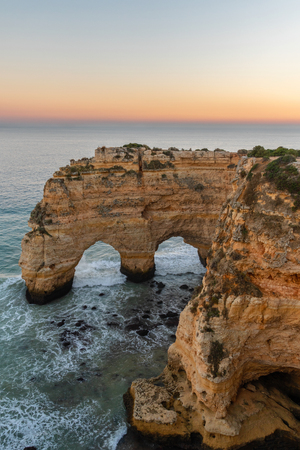 Amazing seascape at sunset at Marinha Beach in the Algarve, Portugal. Landscape with strong colors of one of the main holiday destinations in europe. Summer tourist attraction. 版權商用圖片 - 122978616