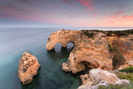 Amazing sunset at Marinha Beach in the Algarve, Portugal. Landscape with strong colors of one of the main holiday destinations in europe. Summer tourist attraction. 版權商用圖片 - 122978630
