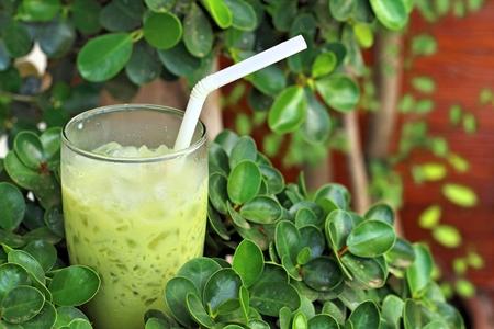 t� helado: El t� verde en un vaso sobre un fondo verde