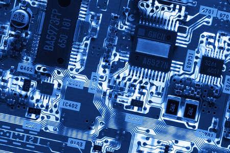 blue toned: Blu incandescente il circuito. Close-up dettaglio di un computer il circuito. Il blu tonica circuiti ad alta tecnologia ha un potente bagliore elettrico.  Archivio Fotografico