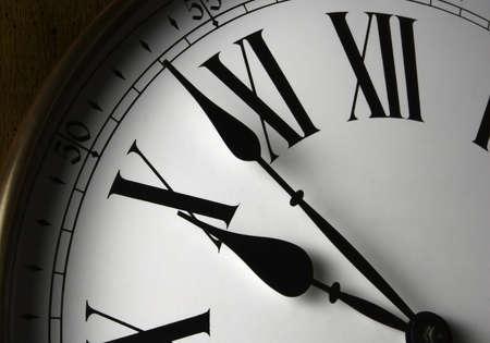 numeros romanos: Wall reloj. Close-up blanca de un reloj de pared de madera se enfrentan con n�meros romanos.  Foto de archivo