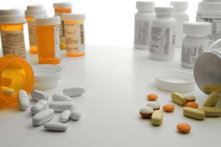 generic drugs: Prescrizione contro. Sopra il contatore. I due lati dellindustria di droga. Il mondo delle droghe di prescrizione a sinistra ed il mondo delle droghe di OTC a destra.