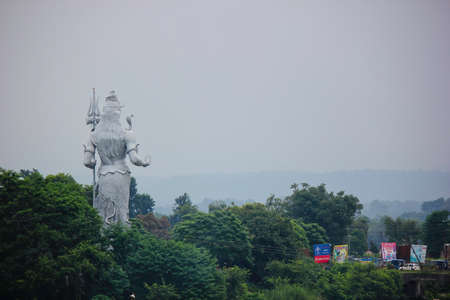 Rear view of huge white Hindu god shiva statue holding trishul in Haridwar, India Foto de archivo