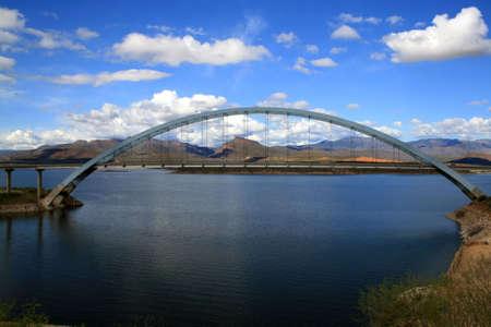 Bridge over lake in front of mountains 版權商用圖片