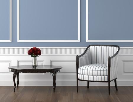 florero: dise�o interior de la sala de classis en azul y blanco con silla y un vaso de rosas sobre la mesa Foto de archivo