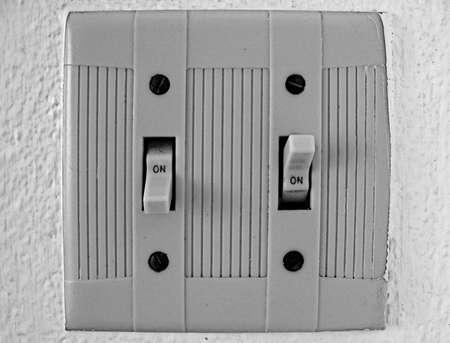 the switch: Astratto, interruttori elettrici su-su isolato su un muro bianco