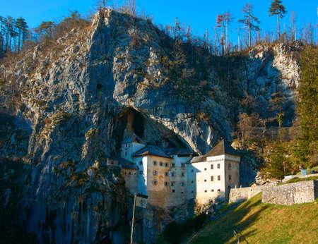 delito: Una de las m�s escalofriantes castillos encantados en el mundo. Un castillo construido dentro de una cueva, ahora que es brillante en t�rminos de defensa y ataque. En Eslovenia, el Castillo de Predjama se sabe que se remontan por lo menos a 1274. Con al menos 700 a�os de historia violenta, Pe