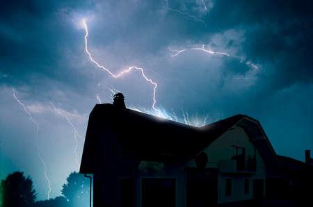 Bliksem in de bewolkte hemel boven storm het huis