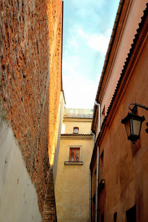 A narrow alley in the old town of Lublin overlooking the sky Imagens