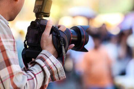 Fotografo e fotocamera digitale.