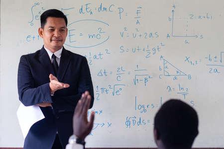 Asian teacher teaching science in the classroom Foto de archivo