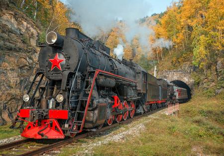 古い蒸気環バイカル鉄道機関車。東シベリアのイルクーツク地方