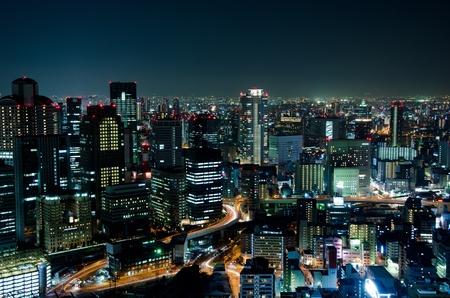 빛이 많은 밤에 일본에서 오사카시의 스카이 라인