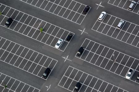 Parkeerterrein van boven gezien met veel lege parkeerplaatsen
