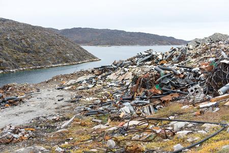camion de basura: Vertederos de residuos en Aasiaat, Groenlandia con tuber�as viejas Foto de archivo